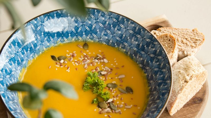 Zelfgemaakte pompoensoep is een voorbeeld van duurzame en gezonde herfstmaaltijd